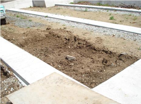 敷地を掘り下げ、地盤を確認します