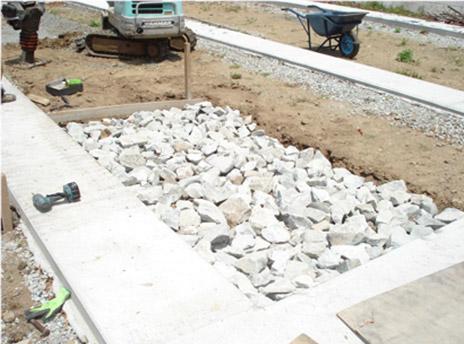 敷地内に栗石を敷き詰めます